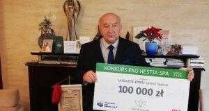 Stanisław Rokosz z pamiątkowym czekiem za zwycięstwo w konkursie Eko Hestia SPA