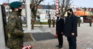 W imieniu władz Dębicy kwiaty złożyli zastępcy burmistrza Jerzy Sieradzki i Maciej Małzoięć