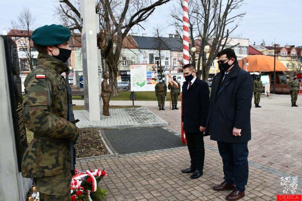 W imieniu władz Dębicy kwiaty złożyli zastępcy burmistrza Jerzy Sieradzki iMaciej Małzoięć