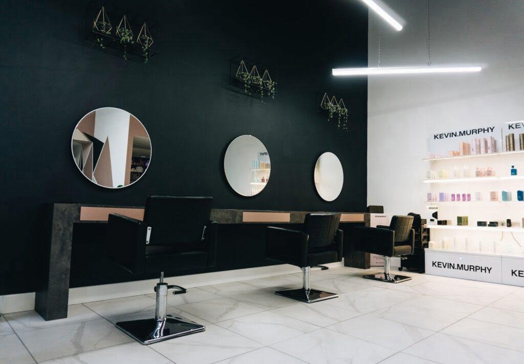 Niezbędne wyposażenie salonu fryzjerskiego – czego niepowinno zabraknąć?