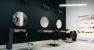 Niezbędne wyposażenie salonu fryzjerskiego – czego nie powinno zabraknąć?